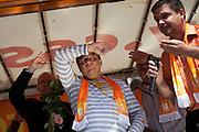 """Jiri Paroubek (mitte) und Bohuslav Sobotka (links) während dem Wahlkampfauftritt zur Europawahl der Oppositionspartei CSSD in Tschechien im Prager Stadtteil Smichov. Auf dem Internet-Netzwerk """"Facebook"""" haben sich schon ung. 47.000 Menschen zu einer Eierwerfer-Gruppe zusammengeschlossen und am Andel kam es dann zum wahrscheinlich groessten Eierwurf Protest in Tschechien - vor allem gegen den CSSD Oppositionsfuehrer Jiri Paroubek."""