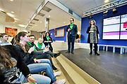 Nederland, Ubbergen, 8-3-2018Minister Wouter Koolmees van D66 voert campagne voor de gemeenteraadsverkiezingen op internationale vrouwendag in Havo Notre Dame in dit dorp . Met leerlingen gaat hij in discussie over emancipatie en politiek . Meisjes en jongens hebben in nederland gelijke rechten op onderwijs en werk luidt de stelling . gelijke behandeling,rechtsgelijkheid .Foto: Flip Franssen