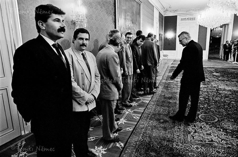 "CSFR,Praha,1992 - Premier Vaclav Klaus napomina sve ministry k vyrovnani ""na lajnu"" pred jmenovanim vlady 2. ?ervence 1992 na Prazskem hrade."