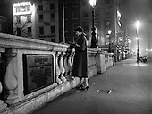 1956-27/03  Lady on O'Connell Bridge at night.
