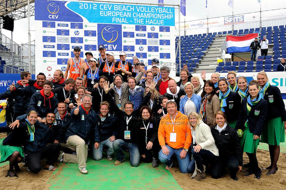 03-06-2012 VOLLEYBAL: EK BEACHVOLLEYBAL FINAL: SCHEVENINGEN<br /> Organisatie met de winners op de foto <br /> ©2012-FotoHoogendoorn.nl