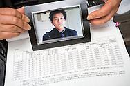 Mieko Kogawa visar sin son Kazunori Kogawas övertidstimmar innan han tog sitt liv på grund av för mycket arbete och trakasserier av chefen på restaurangen där han jobbade. Tokyo, Japan