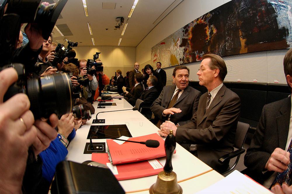10 FEB 2004, BERLIN/GERMANY:<br /> Gerhard Schroeder (L), SPD, Bundeskanzler und Noch-Parteivorsitzender, und Franz Muentefering (R), SPD Fraktionsvorsitzender und desig. SPD Parteivorsitzender, mit Fotografen und Kameraleuten, vor Beginn der SPD Fraktionssitzung, Deutscher Bundestag<br /> IMAGE: 20040210-02-018<br /> KEYWORDS: Franz M&uuml;ntefering, Kamera, Camera, Fotografen, Gespr&auml;ch, Gespraech, Gerhard Schr&ouml;der