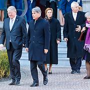 NLD/Breda/20130327 - HMH Konining Beatrix brengt decoratie Kosovo 1999 aan op vaandel Koninklijke Luchtmacht, ?. en Gerlach J. Cerfontaine