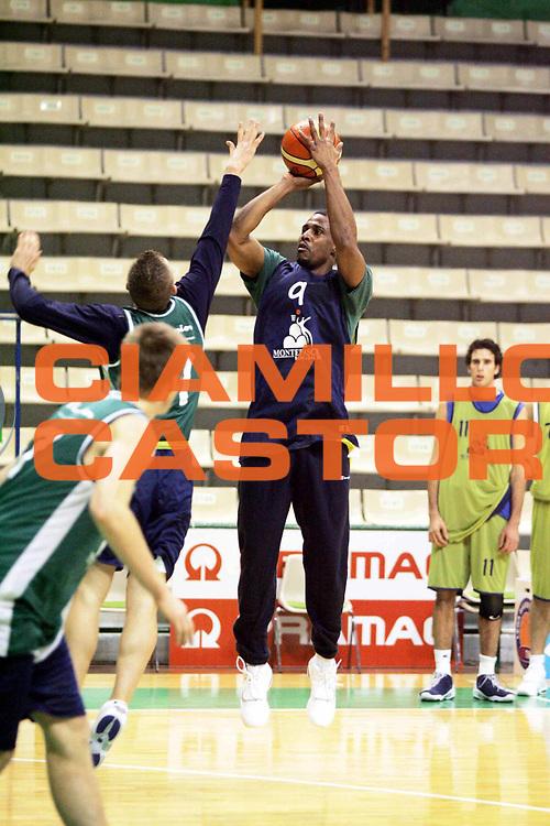 DESCRIZIONE : Siena Lega1 2005-2006 Primo allenamento di Jamel Thomas<br />GIOCATORE : Thomas<br />SQUADRA : Montepaschi Siena<br />EVENTO : Campionato Lega A1 2005-2006<br />GARA :  <br />DATA : 01/01/2006 <br />CATEGORIA : <br />SPORT : Pallacanestro <br />AUTORE : Agenzia Ciamillo-Castoria/P.Lazzeroni<br />Galleria : Lega Basket A1 2005-2006<br />Fotonotizia : Siena Lega1 2005-2006 Primo allenamento di Jamel Thomas<br />Predefinita : si