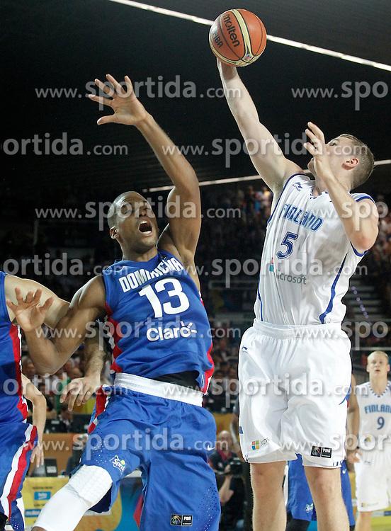 02.09.2014, City Arena, Bilbao, ESP, FIBA WM, Finnland vs Dominikanische Republik, im Bild Findlan's Erik Murphy (r) and Dominican Republic's Eulis Baez // during FIBA Basketball World Cup Spain 2014 match between Finland and Dominican Republic at the City Arena in Bilbao, Spain on 2014/09/02. EXPA Pictures &copy; 2014, PhotoCredit: EXPA/ Alterphotos/ Acero<br /> <br /> *****ATTENTION - OUT of ESP, SUI*****
