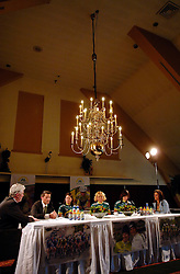 08-03-2006 WIELRENNEN: TEAMPRESENTATIE AA CYCLINGTEAM: ALPHEN AAN DE RIJN<br /> Leontien van Moorsel presenteert het AA cycling team met Ardie den Hoed, Michael Zijlaard, Suzanne de Goede, Theresa Senff, Adrie Visser en Leontien<br /> Copyrights: WWW.FOTOHOOGENDOORN.NL