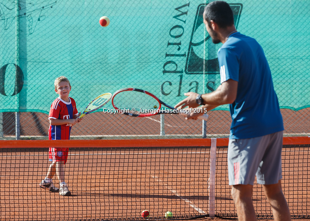 Trainer trainiert mit einem kleinen Jungen, mybigpoint Tennis Camp im  Ali Bey Resort, Side,Tuerkei.<br /> travel -  -  -  Ali Bey Resort Side - Side - Antalya - Tuerkei  - 1 October 2015. <br /> &copy; Juergen Hasenkopf