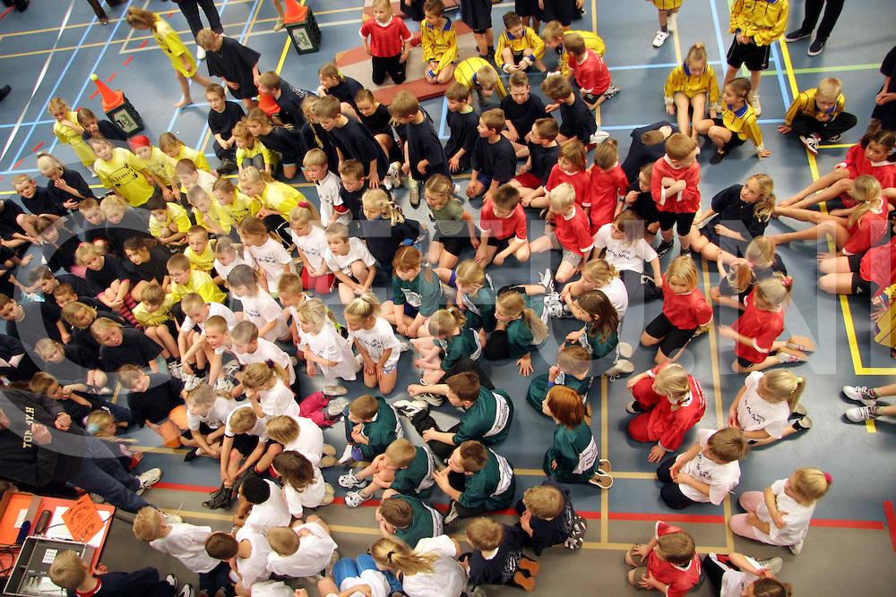 060302, gramsbergen, ned<br />Kinderen van basisscholen deden vandaag mee aan de sportinstuif bij de sporthal in gramsbergen,<br />Foto: kinderen luisteren aandagtich naar de leraar,<br />fotografie frank uijlenbroek&copy;2006 jasper van der zwan