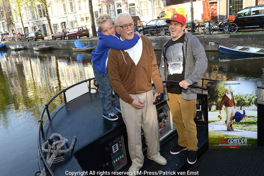 Jackass Johnny Knoxville - Bad Grandpa Perspresentatie in Hotel The Grand, Amsterdam.<br /> <br /> Jackass Johnny Knoxville - Bad Grandpa Press conference at Hotel The Grand, Amsterdam.<br /> <br /> Op de foto / On the photo:  Johnny Knoxville als Grandpa , samen met acteur Jackson Nicoll regisseur Jeff Tremaine  in de grachten van Amsterdam / Johnny Knoxville as Grandpa, along with actor Jackson Nicoll and Director Jeff Tremaine  in the canals of Amsterdam