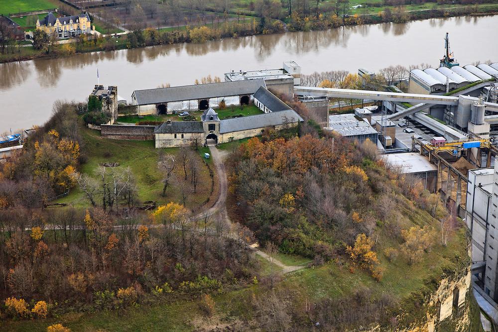 Nederland, Limburg, Maastricht, 15-11-2010; Sint-Pietersberg, Hoeve Lichtenberg en rechts de cementfabriek van ENCI, gezien naar de Maas. De fabriek ligt direct naast de groeve waar mergel (eigenlijk kalksteen) in dagbouw gewonnen wordt. Kasteel Hoogenweerth op de oever aan de overkant. Lichtenberg farm and the Berg ENCI cement factory with river Meuse. The factory is located next to the quarry where marl (limestone actually) is extracted in opencast. Castle Hoogenweerth at the oppposite riverbank.  luchtfoto (toeslag), aerial photo (additional fee required); foto/photo Siebe Swart