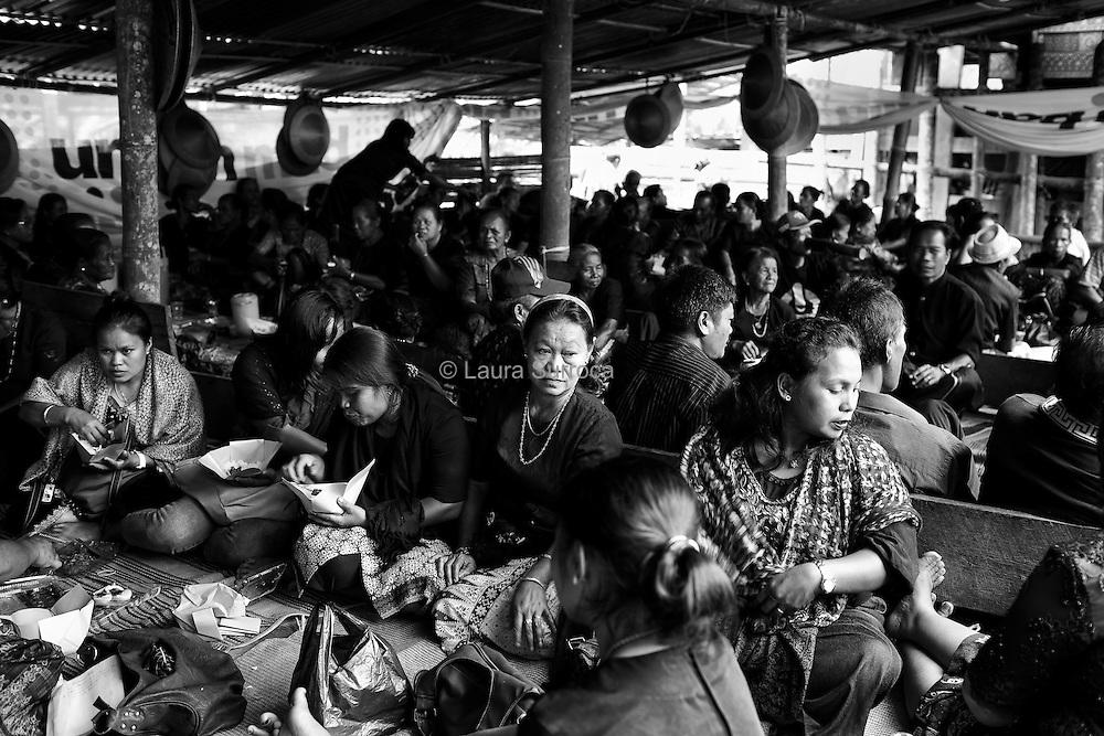 Tagari, 15 mars 2012. De petites huttes, les lantang, sont construites par l'ensemble de la communauté et servent à loger les invités pendant les cérémonies. Les repas, préparés par les femmes, sont à base de riz, légumes et viande de cochon. Après les funérailles de Ruth, le matériel ayant servi à la construction des lantang sera stocké puis réutilisé lors de prochaines funérailles.
