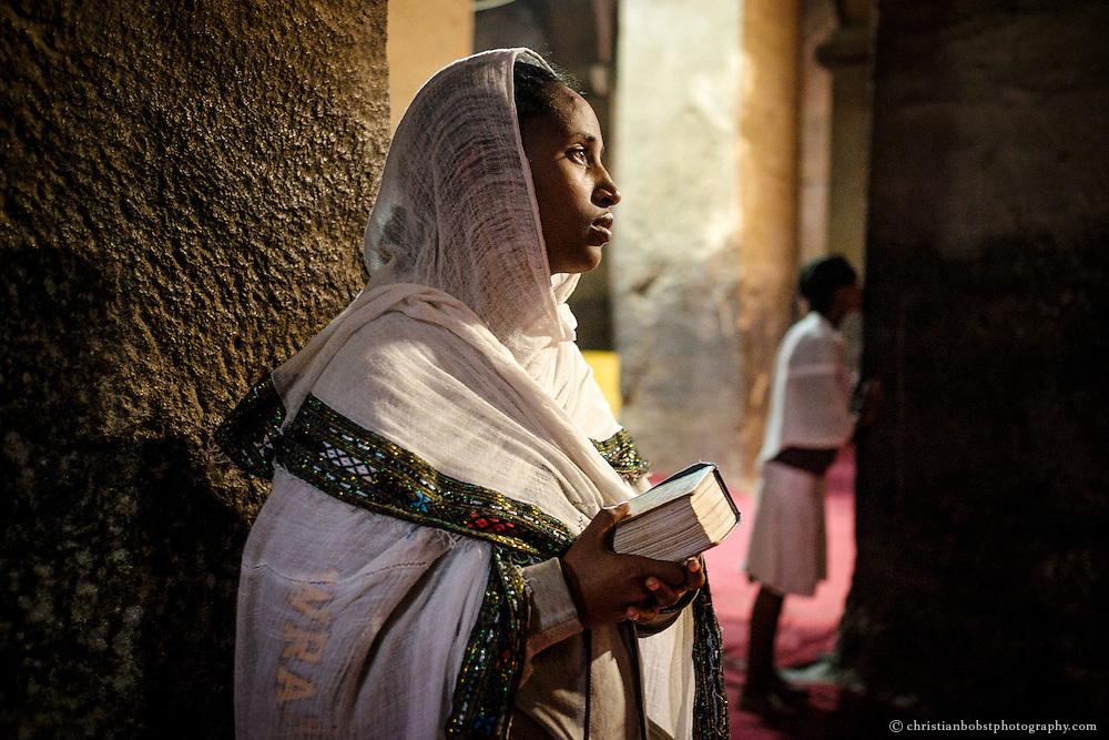 Zwei Mädchen beim Gebet in der Medhane Alem Kirche, der grössten der 11 Felsenkirchen in Lalibela.