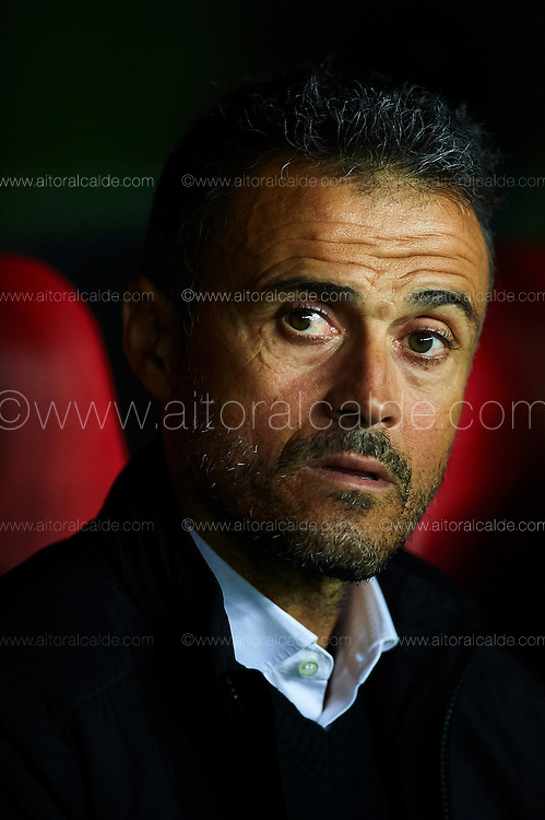 SEVILLE, SPAIN - NOVEMBER 06:  Head Coach of FC Barcelona Luis Enrique looks on during the match between Sevilla FC vs FC Barcelona as part of La Liga at Ramon Sanchez Pizjuan Stadium on November 6, 2016 in Seville, Spain.  (Photo by Aitor Alcalde/Getty Images)