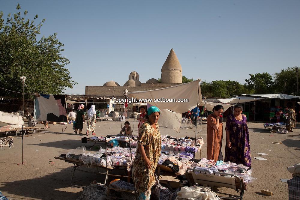 market olshoy Rinok in front of Chasma Ayub mausoleum, -fountain of Job  Boukhara  Ouzbekistan  .///.marche Bolshoy Rinok devant le mausole Chachma Ayub, la fontaine de Job  Boukara  Ouzbekistan .///.OUZB56268