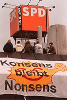 """09.03.1999, Deutschland/Bonn:<br /> Robin Wood Aktivisten besetzen das Dach der SPD Parteizentrale Erich-Ollenhauer-Haus mit einem Transparent """"Konsens bleibt Nonsens"""" und einem Modell eines Kernkraftwerks, Bonn<br /> IMAGE: 19990309-01/01-04"""