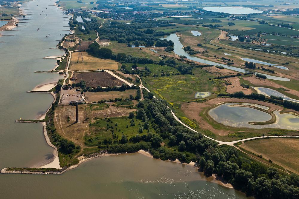 Nederland, Gelderland, Gemeente Druten, 08-07-2010; Afferdense en Deestse Waarden, uiterwaarden van de Waal met aan de oevers van de rivier de voormalige steenfabriek Turkswaard. De uitwaarden worden gedeeltelijk afgegraven (ontgronden) en er wordt een meestromende nevengeul aangelegd. Ook worden de kribben op termijn verlaagd om er voor te zorgen dat het water - bij hoogwater - sneller richting zee afgevoerd wordt. Onderdeel van het programma Waalweelde (Ruimte voor de Rivier). De bestaande waterpartijen zijn kleiputten. .Floodplains of the Waal. The plains will be partially excavated and a side channel will be constructed. Also the cribs in the river will be reduced in height to make sure that the water - at high water - flows toward the sea more quickly. .luchtfoto (toeslag), aerial photo (additional fee required).foto/photo Siebe Swart
