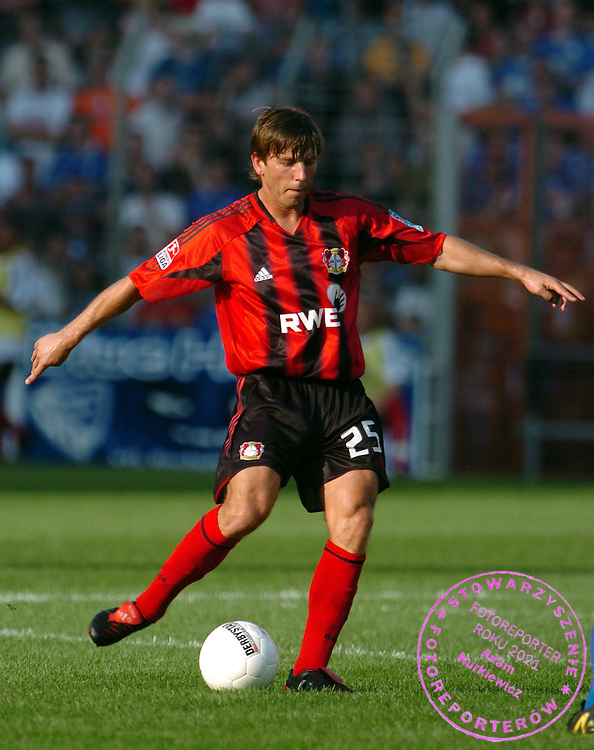 n/z.: Bernd Schneider (nr25-Bayer) , VfL Bochum (biale) - Bayer Leverkusen (czerwone-czarne) 2:2 , I Bundesliga , 2 kolejka sezon 2004/2005 , pilka nozna , Niemcy , Bochum , 15-08-2004 , fot.: Adam Nurkiewicz / mediasport.pl..Bernd Schneider (nr25-Bayer) controls the ball during Germany league first division soccer match in Bochum. August 15, 2004 , VfL Bochum (white) - Bayer Leverkusen (red-black) 2:2 , 2  round season 2004/2005 , football , Germany , Bochum ( Photo by Adam Nurkiewicz / mediasport.pl )...