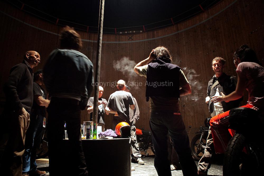 Le soir venu, le mur accueille les pilotes et les membres de la Cie De Rien Merci pour boire quelques bières.