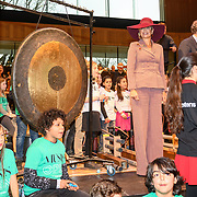 NLD/Arnhem/20180112 - Maxima opent Musis, Koningin Maxima slaat op de gong om het muziektheater te openen