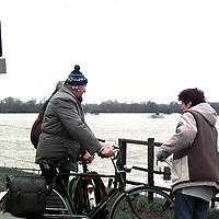 hoog water ijssel bij wijhe trekt uiteraard ook de nodige toeschouwers..foto frank uijlenbroek@1995