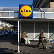 Nederland Utrecht 31 januari 2009 20090131 Foto: David Rozing ..Serie vogelaarwijk Kanaleneiland .Allochtone vrouw doet boodschappen bij de Lidl.Daily life women bying groceries, cheap grocery shop.islam, islamic, project, suburb, suburbian, problem. Neighboorhood, neighboorhoods, district, city, problems, multicultural, immigrant, immigrants, cultural diversity, daily lifeFoto: David Rozing