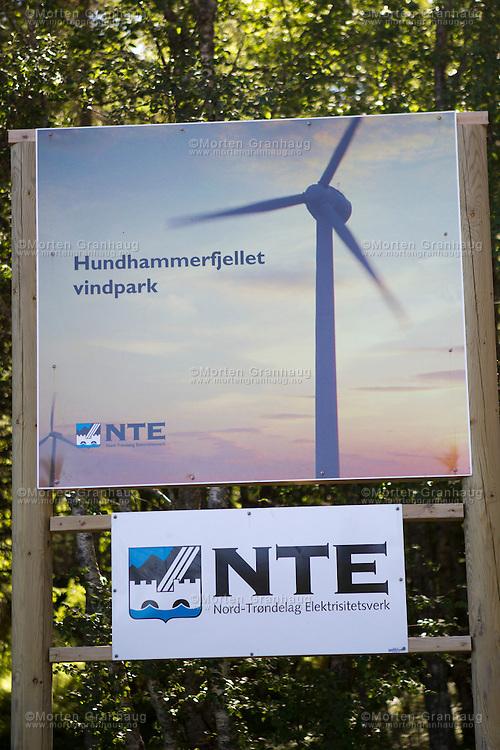 Vindmølleparken på Hundhammerfjellet, på Abelværhalvøya i Nærøy kommune. Parken består av 17 vindturbiner, hver med en effekt på mellom 2,0 og 3,5 MW. Samlet effekt er 54 MW og en gjennomsnittlig årsproduksjon på 160 GWh. De største vindturbinene har en rotordiameter på 90 m og en tårnhøyde på 83 m. Anlegget stod ferdig i 2007 til en kostnad av 625 mill. kr. Vindparken eies og driftes av Nord-Trøndelag Elektrisitetsverk...Windmills on Hundhammer mountain, on the Abelvaer peninsula in Naeroey, North Troendelag. The park consists of 17 wind turbines, each with an effect of 2,0-3,5 MW. Total effect is 54 MW, and average production per year is 160 GWh. The largest turbines have a rotordiameter of 90 meters and tower height 83 meters. The park was finished in 2007, at a cost of 625 million Norwegian kroners, and is owned by Nord-Trøndelag Elektrisitetsverk.