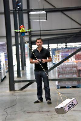 Nederland, Wijchen, 2-6-2018Open dag van bedrijven in het gebied Maas en Waal. Bij een transportbedrijf demonstreert  een medewerler het vliegen met een drone waar een pakketje aan hangt . Dit zou in de toekomst en nieuwe manier van bezorgen kunnen worden . Dronevervoer in Bijsterhuizen bij Wijchen, deze kleine drone kan 6 kilo vervoeren .Foto: Flip Franssen