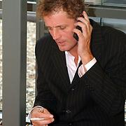BNN winterpresentatie 2002, Jeroen Pauw aan de telefoon, met sigaret