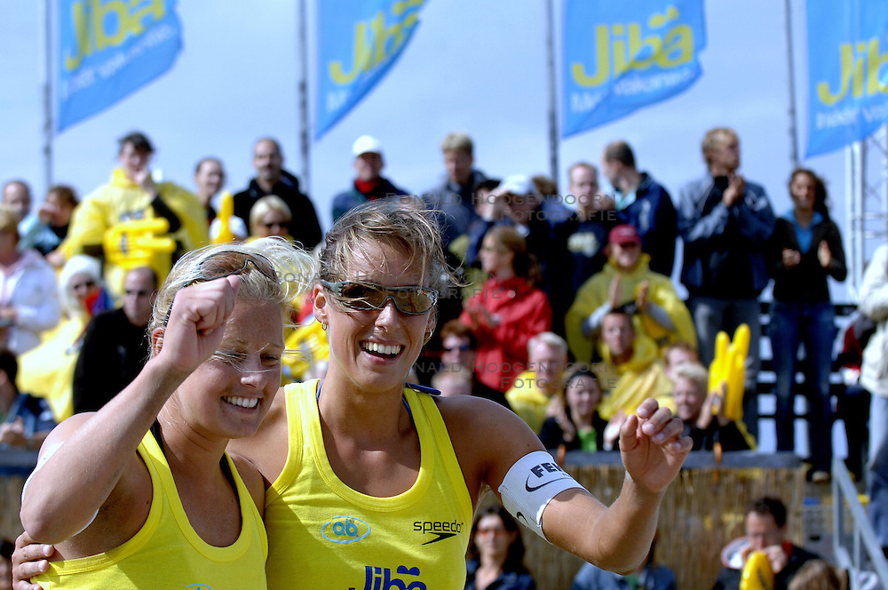 20-08-2006 VOLLEYBAL: NK BEACHVOLLEYBAL: SCHEVENINGEN<br /> Merel Mooren en Rebekka Kadijk<br /> ©2006-WWW.FOTOHOOGENDOORN.NL