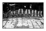 Benen van jongeren van de zeescouts tijdens de 100jarige viering van het bestaan van de zeescouts van Linkeroever