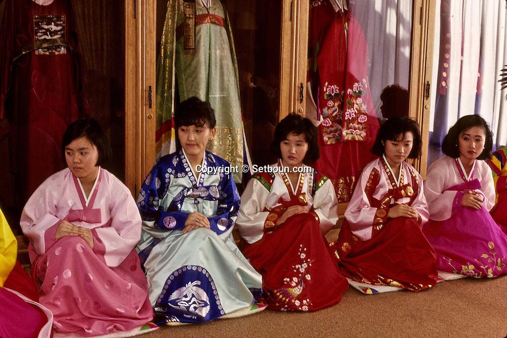 The Yejiwon institute gives courses of good behavior. Young woman and future wives learn the delicacy of the tea ceremony. ///L'institut Yejiwon organise des cours de bonnes manieres, les jeunes filles et les futures epouses decouvrent les finesses de la ceremonie du the;      L2728  /  R00030  /  P0003335