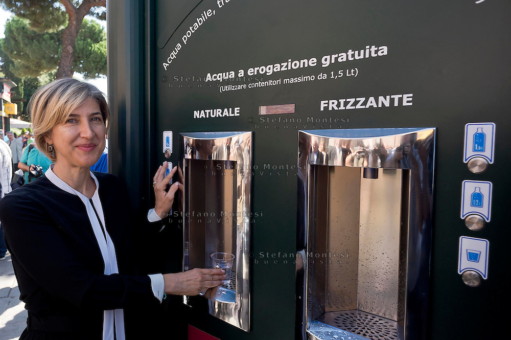 "Roma 10 Settembre 2015<br /> Inaugurata  la nuova «Casa dell'Acqua»  Acea, di fronte al Colosseo, una vera fontana hi-tech, dove si può bere gratuitamente acqua fresca a 9 gradi, sia naturale che gassata. Inoltre è possibile ricaricare cellulari e tablet. Catia Tomasetti Presidente di Acea<br /> Rome September 10, 2015<br /> Inaugurated the new ""Water House"" Acea, in front of the Colosseum, a real hi-tech fountain, where you can drink free fresh water at 9 degrees, both natural and carbonated. It is also possible to recharge phones and tablets. Catia Tomasetti President of ACEA"