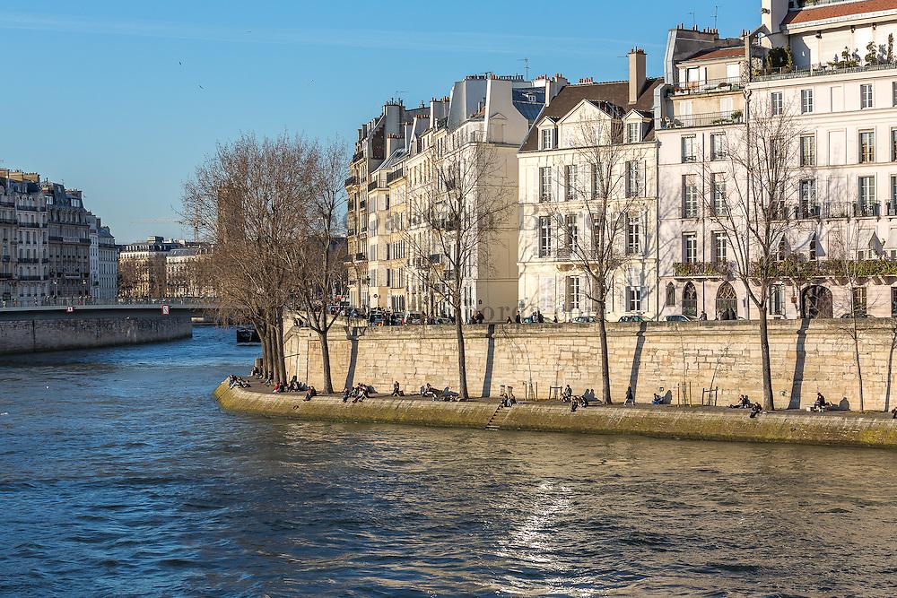 Quai d'Orléans, le long de la  Seine // Quai d'Orléans, on Seine river