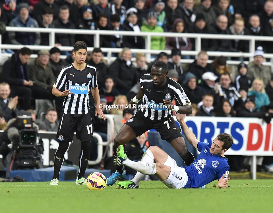 28.12.2014. Newcastle, England. Premier League. Newcastle versus Everton. Leighton Baines of Everton slides in on Moussa Sissoko of Newcastle United