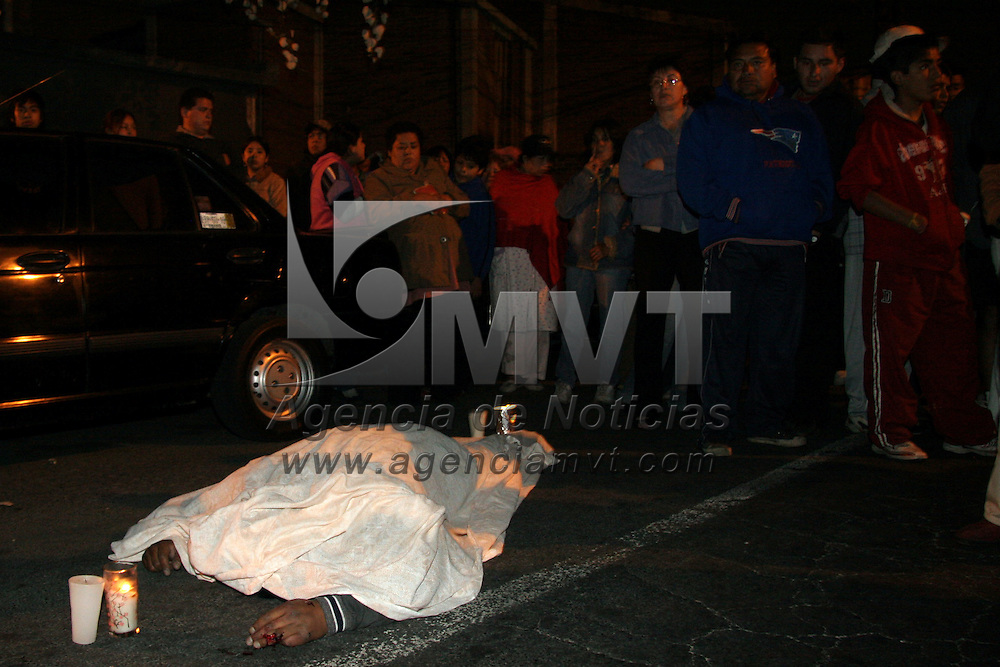 Toluca, Mex.- Un motociclista perdió la vida luego de que fuera arrollado por un policía de la Procuraduría General de Justicia del Estado de México, en la Av. de los Maestros, habitantes de la colonia Doctores, trataron de impedir que el judicial fuera trasladado en calidad de detenido por elementos de la policía municipal y al no lograrlo intentaron destrozar el vehículo y mantuvieron cerrada la circulación por algunos minutos. Agencia MVT / Arturo Rosales Chávez. (DIGITAL)<br /> <br /> <br /> <br /> NO ARCHIVAR - NO ARCHIVE