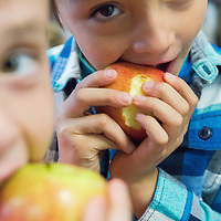Joel Nuñez, 6, center, and Aaron Ramirez, 7,  left, both first grade students at Valley View Elementary, take bites of Braeburn apples, during Apple Crunch Week. Teachers and students through out Las Cruces Public Schools will be trying different types of apples every day this week. This program is intended to help students eat healthier and was funded through the SNAP-Ed  grant from the United State Department of Agriculture. Tuesday October 24, 2017.