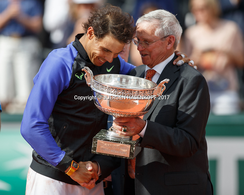 Tennis Legende Roy Emerson (AUS) ueberreicht den Pokal an RAFAEL NADAL (ESP), Siegerehrung, Praesentation<br /> <br /> Tennis - French Open 2017 - Grand Slam / ATP / WTA / ITF -  Roland Garros - Paris -  - France  - 11 June 2017.