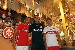 Guiñazu, Renan e Rafel Sobis durante a apresentação da coleção 2011 que a Reebok e o Sport Clube Internacional fizeram no museu do clube . FOTO: Jefferson Bernardes/Preview.com