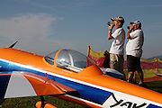 Loisirs: concours international d'avion de modèle reduits, Cuquerens, Bulle, 2009. Hobbypilten und Teilnehmer beobachten der Flug eines Modellflugzeug am Himmel. © Romano P. Riedo