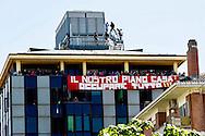 Roma 16 Aprile 2014<br /> Sgomberato palazzo in  via Baldassarre Castiglione alla Montagnola occupato nei giorni scorsi  dai movimenti per il diritto all'abitare da circa  200 persone, la polizia a caricato i manifestanti che protestano per lo sgombero, otto persone sono state ferite.Gli occupanti salgono sul tetto per resistere allo sgombero<br /> Rome April 16, 2014 <br /> Vacated the building in Via Baldassarre Castiglione,Montagnola district, busy in recent days by the movements for housing rights, by about 200 people, the police charged the demonstrators protesting the eviction, eight people were injured.The occupants climb onto the roof to resist to eviction