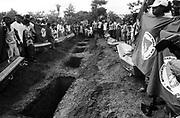 """.O chamado massacre de Eldorado dos Carajás ocorreu durante o conflito de 17 de abril de 1996 em Eldorado dos Carajás, no sul do Pará. Dezenove sem-terra foram assassinados pela Polícia Militar. O confronto ocorreu quando 1.500 sem-terra que estavam acampados na região decidiram fazer uma marcha em protesto contra a demora da desapropriação de terras, principalmente as da Fazenda Macaxeira. A Polícia Militar foi encarregada de tirá-los do local, pois estavam obstruindo a rodovia PA-150, que liga Belém ao Sul do Pará.  .  .A ordem partiu do Secretário de Segurança do Pará, Paulo Sette Câmara, que declarou, depois do ocorrido, que autorizara """"usar a força necessária, inclusive atirar"""". De acordo com os sem-terra ouvidos pela imprensa na época, os policiais chegaram jogando bombas de gás lacrimogêneo. Os sem-terra revidaram com paus e pedras. A polícia, então, partiu para uma ação mais violenta e atirou. 19 pessoas morreram na hora, outras duas morreram anos depois, vítimas das seqüelas e outras 67 ficaram feridas e mutiladas para o resto da vida.  .  .Segundo o legista Nélson Massini, que fez a perícia dos corpos, pelo menos 10 sem-terra foram executados. Sete lavradores foram mortos por instrumentos cortantes, como foices e facões.  .The call massacre of Eldorado of Carajás happened during the conflict of April 17, 1996 in Eldorado of Carajás, in the south of Pará. Nineteen landless laborer was murdered by the Military police. The confrontation happened when 1.500 landless laborer that you/they were camped in the area decided to do a march in protest against the delay of the expropriation of lands, mainly the one of Fazenda Macaxeira. The Military police was entrusted of removing them of the place, because they were obstructing the highway SHOVEL-150, that it links Belém to the South of Pará.    .    .The order left of the Secretary of Safety of Pará, Paulo Sette Câmara, that declared, after happened him, that it had authorized to """"use the necessary force, besides to"""