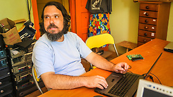 PORTO ALEGRE, RS, BRASIL, 21-01-2017, 12h22'09&quot;:   Retrato do Artista 3D Joel Grigolo, 46, no espa&ccedil;o Matehackers Hackerspace, da Associa&ccedil;&atilde;o Cultural Vila Flores, no bairro Floresta da capital ga&uacute;cha. A  Consultora de Desenvolvimento de Software na empresa ThoughtWorks, Desiree dos Santos, 32, fala sobre as dificuldades enfrentadas por mulheres negras no mercado de trabalho.<br /> (Foto: Gustavo Roth / Ag&ecirc;ncia Preview) &copy; 21JAN17 Ag&ecirc;ncia Preview - Banco de Imagens