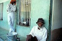 """Pakistan - """"Shiddis """", esclaves de l'empire des Indes - Province du Sind - Karachi -  Lyari, district surpeuplé du sud de Karachi abrite la plus forte concentration de Shiddis du Pakistan. Dans ce Harlem pakistanais, les Noirs prédominent surtout dans les ghettos pouilleux et malodorants de Baghdadi et Bombasa, quartiers à problèmes ravagés par la drogue, enclave où le taux de chômage peut atteindre 40 à 50% - Vieille homme Shiddi dans un centre d'acceuil de Abdul Edhi pour les laissés pour compte - // Pakistan, Shiddi, the black of Pakistan with African origine"""