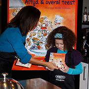 NLD/Amsterdam/20111123 - Boekpresentatie Maureen du Toit ' Altijd & overal feest', Maureen du Toit overhandigd het eerste boekje aan dochter Carlijn