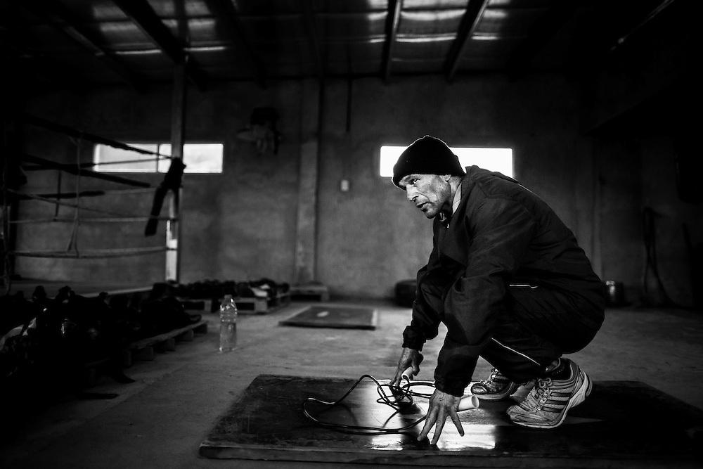 Luis Lazarte, realiza saltos a la soga  para mejorar su estado físico y además  no pasarse del peso permitido de 50,8Kg (112 Lb.) en su actual categoría Mosca (Flyweight), Mar del Plata, Provincia de Bs. As., Argentina.