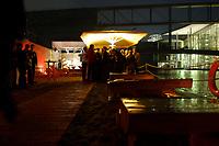 03 JUL 2003, BERLIN/GERMANY:<br /> Sommerumtrunk der Zeitschrift Berliner Republik, leider im Regen, Links: Spree, Reichstagsgebaeude und Paul-Loebe-Haus, BundesPresseStrand<br /> IMAGE: 20030703-05-010<br /> KEYWORDS: Sommerfest, Gastronomie, Bar, Paul-Löbe-Haus