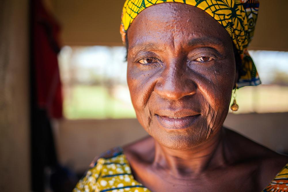 LÉGENDE: Portrait d'Albertine Toulhade, Présidente du centre COFEMAK dans son bureau. LIEU: Centre COFEMAK, Koumra, Tchad. PERSONNE(S): Albertine Toulhade, Reponsable du centre COFEMAK (à droite).