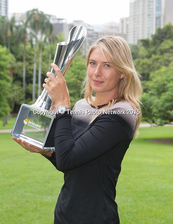 Maria Sharapova (RUS) pr&auml;sentiert den gewonnenen  Pokal im Botanischen Garten von Brisbane.<br /> <br />  - Brisbane International 2015 - ATP 250 - WTA -  Queensland Tennis Centre - Brisbane - Queensland - Australia  - 11 January 2015. <br /> &copy; Tennis Photo Network