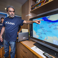 Nederland, Amsterdam, 7 juli 2016.<br /> Milieuclub Oceana ligt met haar onderzoeksschip Neptune in de Coenhaven van Amsterdam. Ze hebben geld gekregen van de postcodeloterij en gaan twee maanden op de Noordzee onderzoek doen hoe de visstand verbeterd zou kunnen worden.<br /> Op de foto: Briefing en uitleg omtrent het onderzoek in de Noordzee door een van de  wetenschappers aan boord van de Neptunes.<br /> <br /> Netherlands, Amsterdam, July 7, 2016.<br /> Environmental Club Oceana with her research vessel Neptune docked in the Coenhaven harbour of  Amsterdam. They have received money from the postcode lottery and will do research in the North Sea during two months to find out how fish stocks could be improved.<br /> On the photo: Briefing and explanation of research in the North Sea by one of the scientists  aboard the Neptunes.<br /> Foto: Jean-Pierre Jans